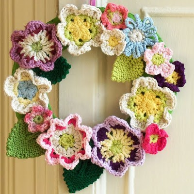 Daily Crochet Patterns : Patterns] 12 Decorative Front Door Crochet Wreaths - Knit And Crochet ...