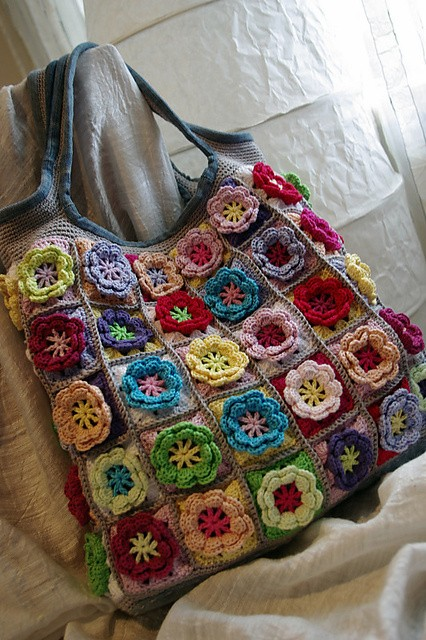 [Free Pattern] Surprise Your Loved Ones With This Cheerful Flower Crochet Blanket