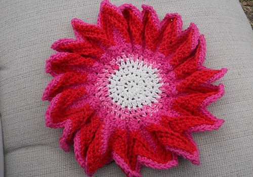 [Free Pattern] This Is The Prettiest Dishcloth Ever: Plum Blossom Dishcloth