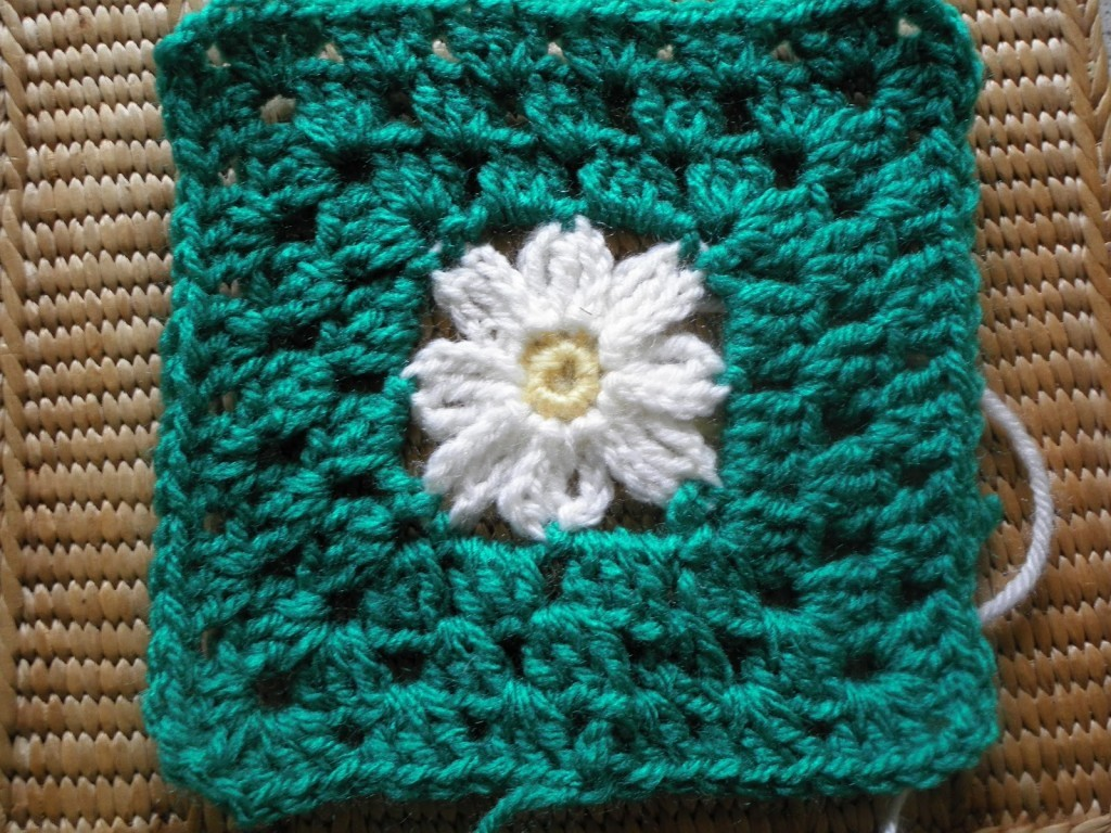 [Free Pattern] These Daisies Are Very Pretty And Cheerful! Square Pattern Included Too!