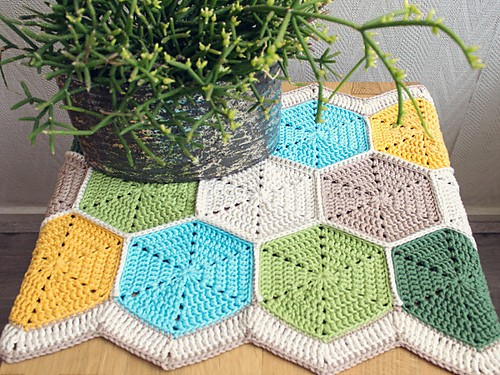 Hexagon Table Runner by Marinke Slump
