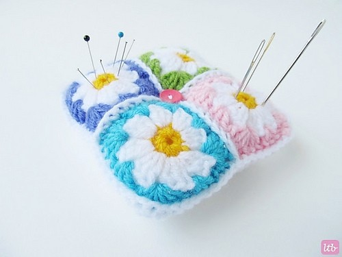 [Free Pattern] Adorable Little Daisy Granny Square Pincushion