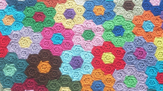 [Photo Tutorial] Wonderful Hexagons Flower Blanket To Decorate Your Room