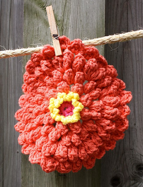 [Free Pattern] Add Some Floral Fun To Your Kitchen Decor With This Zinnia Dishcloth