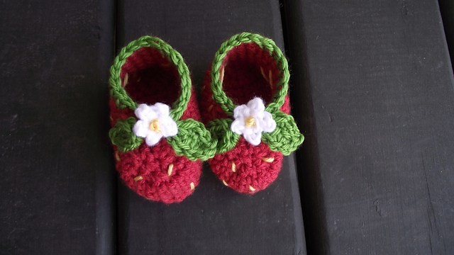 [Free Pattern] These Little Strawberry Booties Are Really Precious!