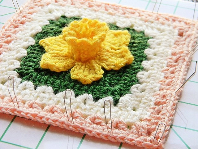 [Free Pattern] Extraordinarily Beautiful Daffodils Square