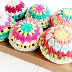 [Free Pattern] These Gorgeous Crocheted Baubles Will Make Your Holiday Decor Fabulous