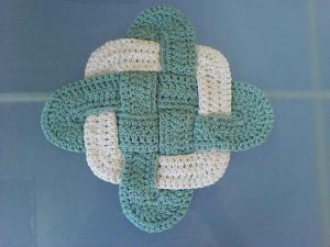 [Free Pattern] You Won't Believe How Easy Is To Make This Gorgeous Trivet Hotpad