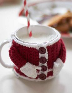 [Free Pattern] Adorable Santa-Inspired Mug Hugging Cozy