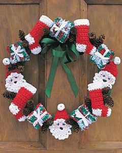 [Free Pattern] Get Into the Holiday Spirit With This Cheery Merry Christmas Wreath