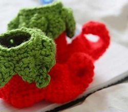 [Free Pattern] These Crochet Elf Baby Shoes Make A Beautiful Christmas Gift For Any Special Little One