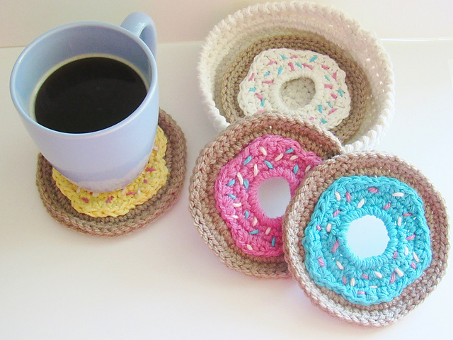 [Free Pattern] Surprise Your Guests With This Cute Doughnut Coasters And Holder Set