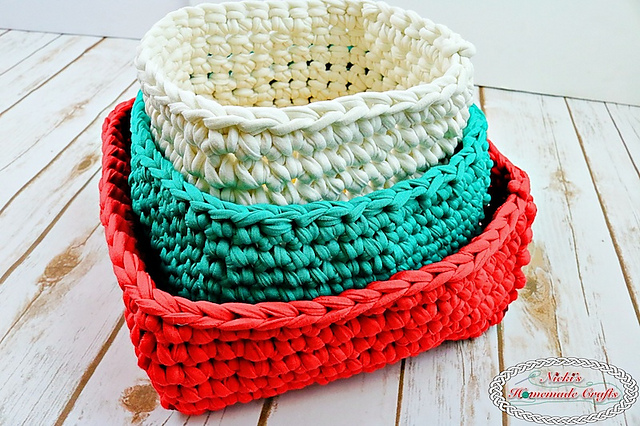 [Free Pattern] Make Your Gifts Special With These T-Shirt Yarn Christmas Baskets